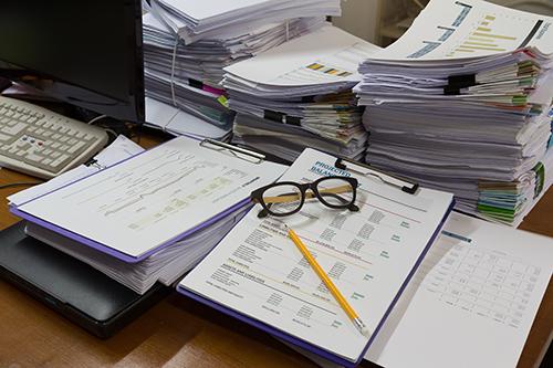 Viel gestapeltes Papier, Arbeit, die erledigt werden muss