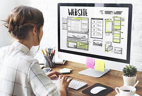 Frau macht am Computer Entwurf für Homepage