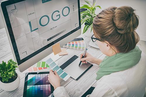 Grafikerin an der Arbeit. Logodesign