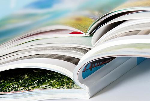 Vier aufeinanderliegende gedruckte Zeitschriften